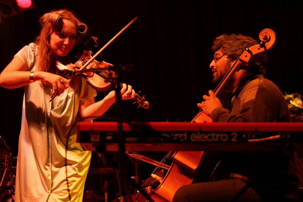 kinley dowling playing a fiddle with Romesh Thavanathan